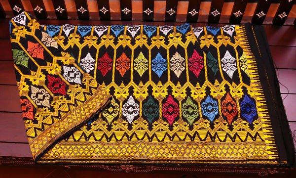 Oleh-oleh Khas Lombok Kain Songket
