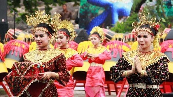 Tari Makan Sirih Riau